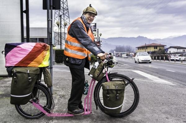 Właściciel tego roweru-hulajnogi (ang. kickbike) w Polsce złamałby nowe prawo: ma niedopuszczalny bagaż oraz przypuszczalnie porusza się jezdnią.