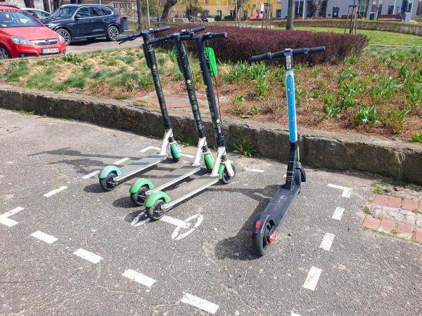 Zarządcy dróg będą mogli wyznaczać miejsca do legalnego zaparkowania hulajnóg. Od  kilku miesięcy takie rozwiązanie wprowadzane jest na ulicach Gdańska i Sopotu.