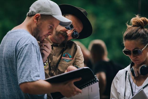 """Bartosz M.Kowalski (z lewej) ma na swoim koncie nagrodzony m.in. na festiwalu w Gdyni """"Plac zabaw"""". Rok temu publiczność mogła obejrzeć pierwszy polski slasher """"W lesie dziś nie zaśnie nikt"""". Obecnie pochodzący z Gdyni reżyser pracuje nad drugą częścią horroru."""