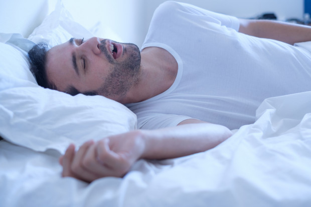 """""""Zespół bezdechu sennego to stosunkowo częste schorzenie, które polega na zapadaniu się mięśniówki podczas snu, co z kolei doprowadza do blokady górnych dróg oddechowych""""."""