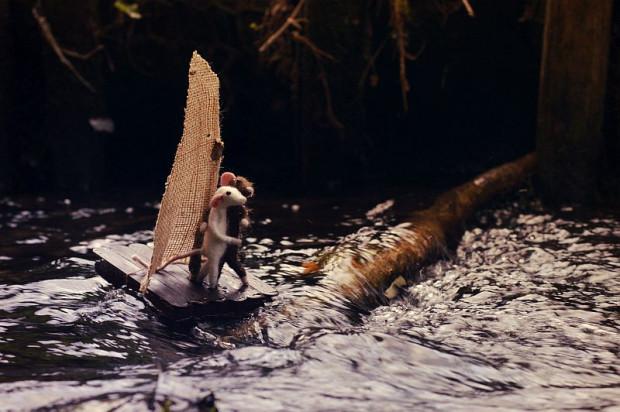 - Fotografie ukazujące przeprawę myszek przez rzekę robiłam w zeszłym roku w Orłowie. To było największe fotograficzne wyzwanie dotychczas. Okazało się, że tratwa po kilku sekundach ląduje pod wodą, więc musiałam myśleć nad nową konstrukcją. W efekcie końcowym tratwa została zamocowana do styropianu i przewiązana sznurkiem do kamienia, który leżał na dnie rzeki. Myszki również przymocowałam sznurkiem do tratwy i tak udało zrobić się kilka zdjęć bez utraty głównych bohaterów opowiadania - opowiada Aneta Rychert.