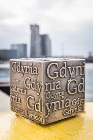 Spośród 20 finalistów Nagrody Literackiej Gdynia wyłonieni zostaną laureaci w każdej z czterech kategorii. Otrzymają oni nagrodę pieniężną w wysokości 50 tys. zł oraz pamiątkową statuetkę, tzw. Kostkę Literacką.