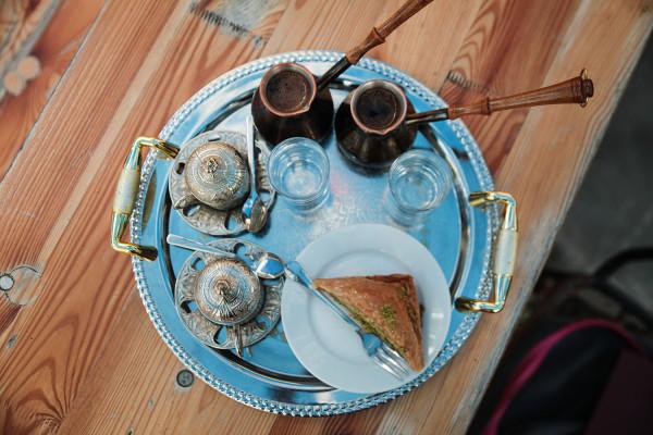 W restauracji Azima zjemy baklawę po turecku z pistacjami z kawą po tatarsku na piasku.