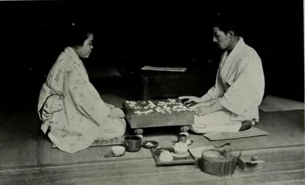 Japonia - gracze przy stoliku do gry zwanym goban.