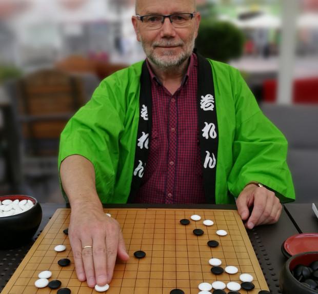Włodzimierz Malinowski podczas gry w go.