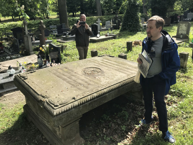 Dr Jan Daniluk prezentuje najstarszy nagrobek, który zachował się na gdańskich cmentarzach.