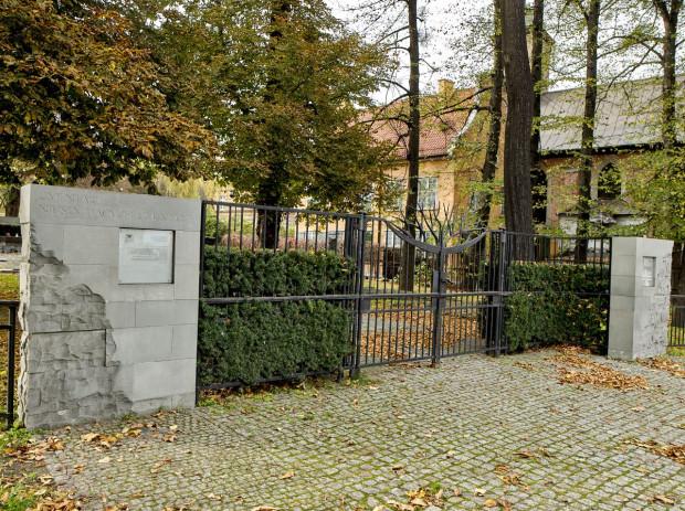 Brama Cmentarza nieistniejących cmentarzy.