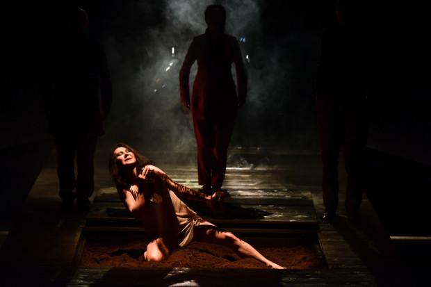 Reżyser oddaje ducha powieści Olgi Tokarczuk, dbając o to, by losy bohaterów nie przedstawić zbyt banalnie. Na zdjęciu Kłoska grana przez Monikę Babicką.