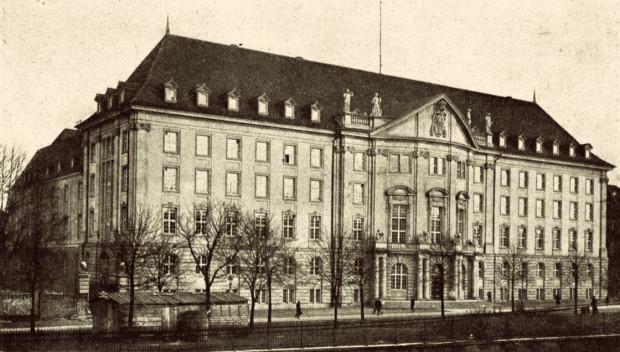 Siedziba Dyrekcji Kolei Państwowych w Gdańsku na zdjęciu z 1921 r.
