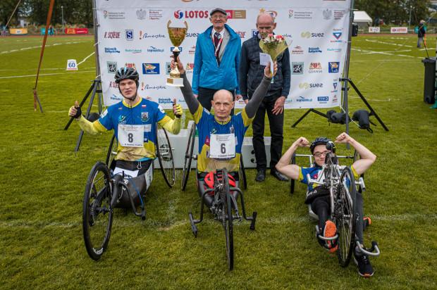 Najlepsi w wyścigu wózkarzy na 1500 metrów w towarzystwie dyrektora (Stanisław Lange) i prezesa KL Lechia Gdańsk (Zbigniew Golemski).
