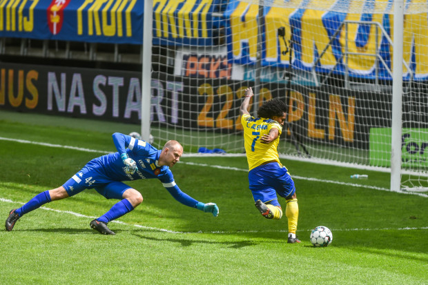 Christian Aleman w najlepszej okazji dla Arki Gdynia w drugiej połowie na strzelenie gola.