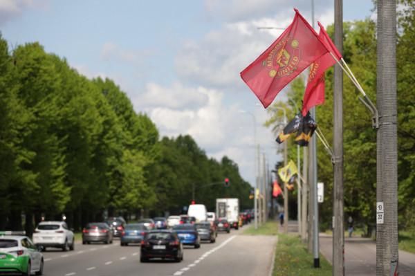 Flagi z herbami finalistów na al. Zwycięstwa w Gdańsku.