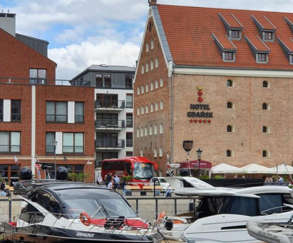 """Drużyna """"Czerwonych diabłów"""" będzie mieszkała w Hotelu Gdańsk. Już teraz stoi tam autokar w klubowych barwach Manchesteru United."""