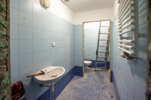 Złodziej z rozbrajającą szczerością przyznał, że ukradł sąsiadowi narzędzia i materiały budowlane, bo sam chciał zrobić remont łazienki w mieszkaniu swoich rodziców (zdjęcie poglądowe).