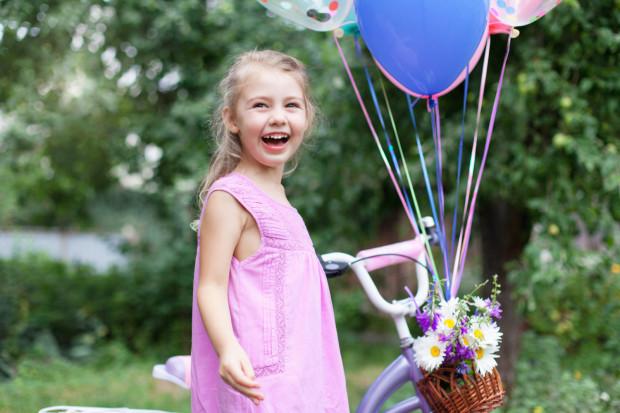 Jak wywołać uśmiech na buzi dziecka? Na pewno się to uda z pomocą odpowiedniego prezentu na Dzień Dziecka. Podpowiadamy, co wybrać.