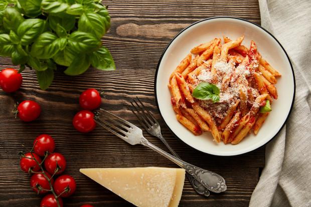 Bazylia świetnie sprawdzi się do makaronów, pizzy, dań z dodatkiem mozzarelli, sosów pomidorowych, zapiekanych warzyw.