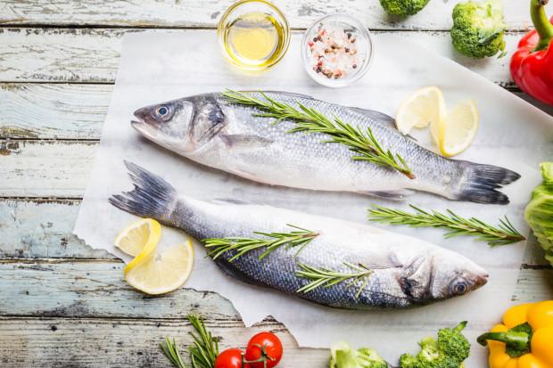 Rozmaryn świetnie podkreśli smak ryby. Stosuje się go również w połączeniu z tłustymi mięsami.