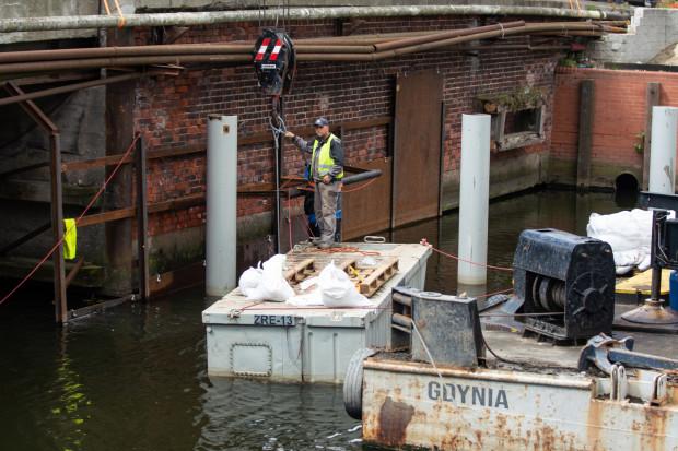 Przy przebudowywanym moście pojawiły się pierwsze konstrukcje rurowe.