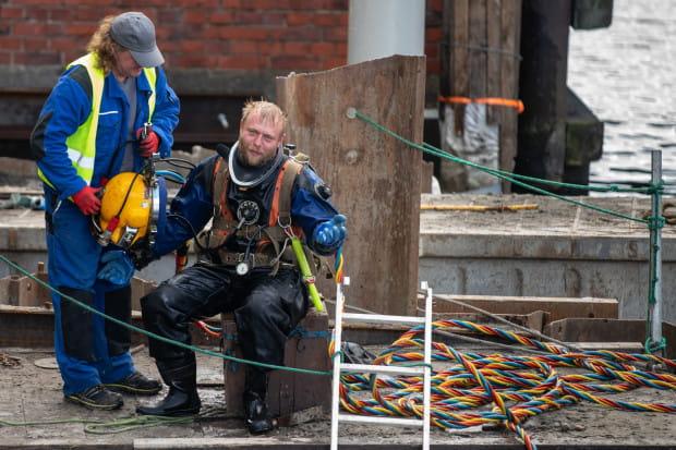 W pracach podwodnych uczestniczą też nurkowie.