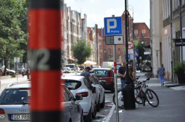 Mieszkańcy Śródmieścia chcą większego uregulowania kwestii parkowania w ich dzielnicy i większych udogodnień dla pieszych. Na zdjęciu parking przy ul. Szerokiej. Warto zwrócić uwagę, że kierowcy nie mogą tu zostawiać samochodów na żadnej części chodnika.