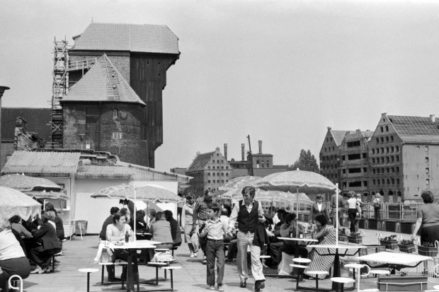 Ogródki gastronomiczne na Długim Pobrzeżu w Gdańsku, 9.07.1980 r. - W tamtych latach nad morzem każdy mógł zjeść świeżą, pachnącą rybkę za niewielkie pieniądze, a zapach był zniewalający. Teraz smażalni trzeba szukać jak igły w stogu siana. Jak się je znajdzie, to trzeba zapłacić fortunę, a ryby smakują jak trociny - wspominała w facebookowej grupie Gdańsk Historyczny jedna z internautek.