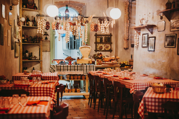 """Zapaleni podróżnicy wiedzą, że podczas wypraw najlepiej ładuje się akumulatory w restauracjach serwujących lokalne potrawy, w których na co dzień stołują się """"lokalsi"""". Czy w Gdańsku w ogóle istnieją takie miejsca?"""