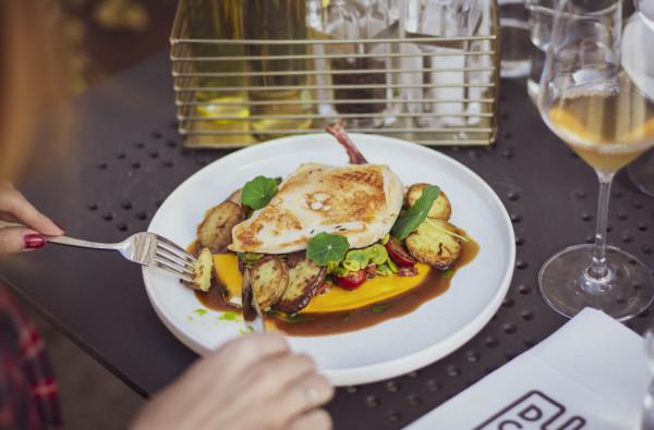 Restauracja Ducha 66 w ramach Festiwalu proponuje menu złożone z: kremu z zielonego groszku, bobu z kurkami i galaretki biała czekolada lub śledzia bałtyckiego, polędwiczki wieprzowej i jagodzianki.