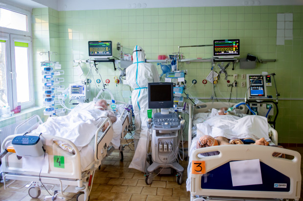 """""""Do tej pory nie widziałam tak dramatycznie rozwijającej się niewydolności oddechowej. Pacjentom z dnia na dzień odcinało partie płuc. Jak tonący łapali powietrze, a my byliśmy bezradni""""."""