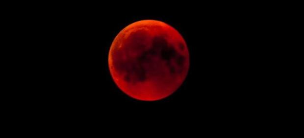 Taki Księżyc widoczny był m.in. na Hawajach. Za rok zaćmienie będziemy mogli oglądać w Polsce.