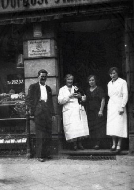 Sklep kolonialny Apolonii Ogryczak przy ul. Żabi Kruk. Przed 1 września 1939 r.