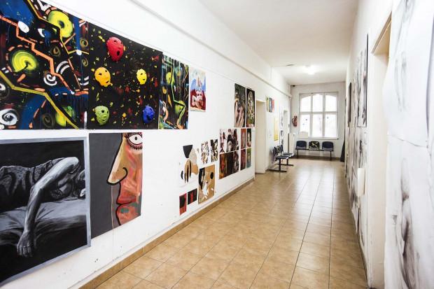 Prace studentów wyeksponowane w holu uczelni.