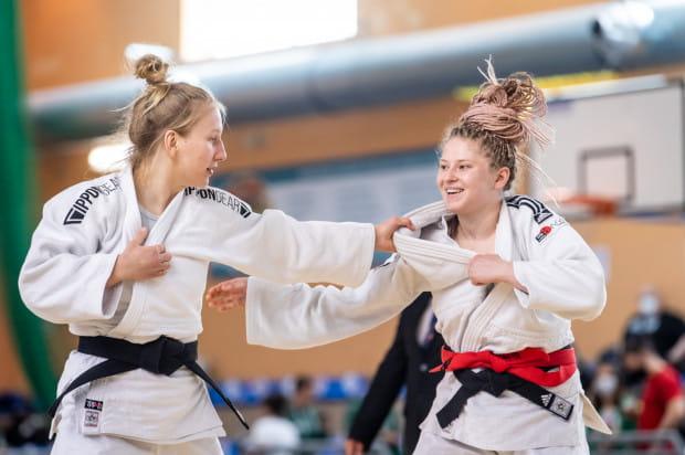 Julia Jaśkiewicz (z lewej) podczas finałowej walki z Justyną Śliwą.