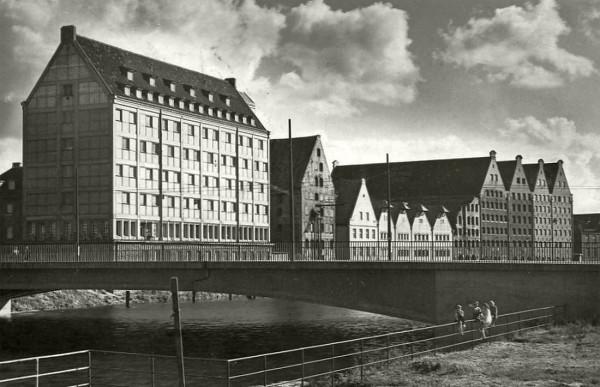 Spichlerz Błękitny Baranek (drugi budynek od lewej strony) na archiwalnym zdjęciu z lat 60. XX wieku.