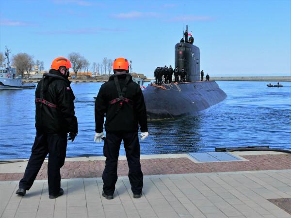 ORP Orzeł tuż przed zacumowaniem przy Nabrzeżu Pomorskim w Gdyni 27 kwietnia 2021 r. Dwa dni później świętowano 35. rocznicę podniesienia bandery na okręcie.
