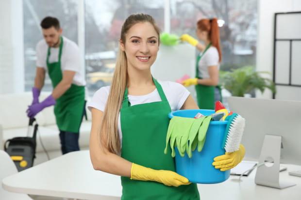Jeśli nie potrzebujemy regularnego sprzątania, można okazjonalnie zdecydować się na samo mycie okien lub czyszczenie kostki brukowej przed domem.