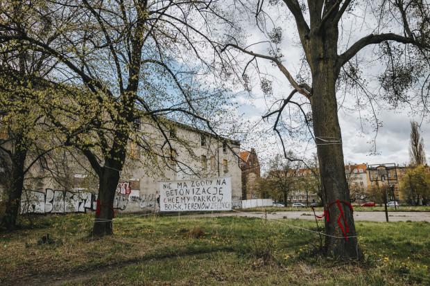 Działka pomiędzy ulicami Toruńską, Kamienna Grobla i Jałmużniczą, na której obecnie znajduje się zieleniec.