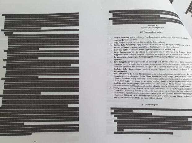 Przykłady stron umowy z zaczernionymi zapisami.