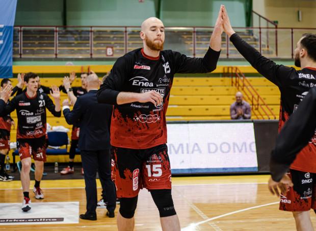 Adrian Bogucki mierzy 215 cm. W poprzednim sezonie Energa Basket Ligi wyższy był tylko Adam Łapeta z Kinga Szczecin mierzący 217 cm.