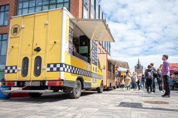 """Ideą festiwalu jest promowanie street foodu oraz jedzenia w duchu """"slow"""". W wydarzeniu udział biorą food trucki z całej Polski, które dobierane są pod kątem jakości oferowanych dań oraz różnorodności menu."""