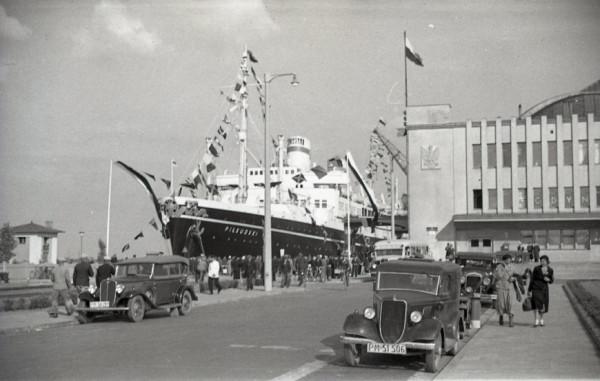 Transatlantyk MS Piłsudski zacumowany przy Nabrzeżu Francuskim w Gdyni. Po prawej widoczny gmach Dworca Morskiego, w którym mieści się obecnie Muzeum Emigracji. Zdjęcie z II połowy lat 30. ubiegłego wieku.