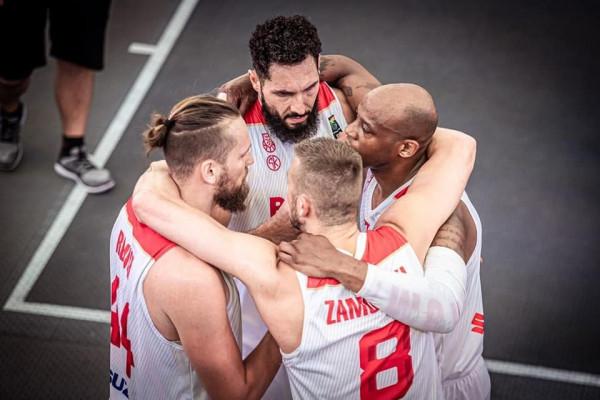 Reprezentacji Polski koszykarzy 3x3 od lewej: Szymon Raduch, Przemysław Zamojski, Michael Hicks i Paweł Pawłowski (u góry).