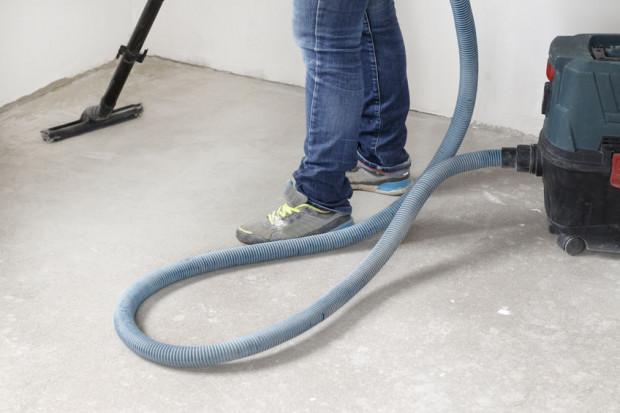 Sprzątanie po remontach jest specyficzną usługą. Czas pracy ekipy sprzątającej różni się w zależności od stopnia zabrudzenia.