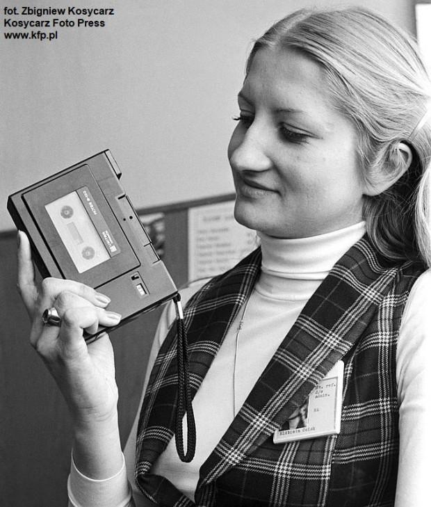Elżbieta Osiek, pracownica Zakładów Mechaniki Precyzyjnej Unitra-Magmor, prezentuje nowy produkt, dyktafon pod nazwą Notes B-133. Zdjęcie wykonane 21.05.1980 r.
