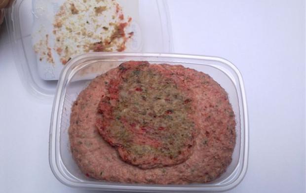 Okrasa z gęsi, a w składzie między innymi: 88 proc. mięsa oddzielanego mechanicznie, 10 proc. mięsa wołowego, konserwant: E262.