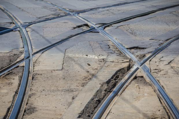 Jezdnia w obrębie torowiska tramwajowego w Gdańsku w wielu miejscach kwalifikuje się do pilnego remontu.