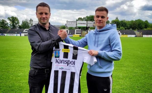 Jakub Wawszczyk (z prawej) związał się z Sandecją Nowy Sącz rocznym kontraktem, z opcją przedłużenia o kolejne 12 miesięcy.
