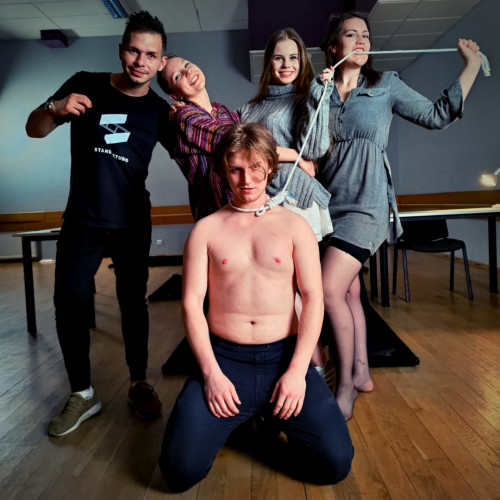 """W ramach Festiwalu Teatrów Studenckich START będzie można obejrzeć dwie gdańskie produkcje: """"Time New Romance"""" Standby Studio oraz """"Outsider"""" TeARTu."""