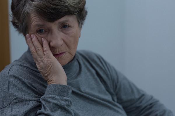 Starsza kobieta uwierzyła oszustom i oddała 50 tys. zł. Zdjęcie ilustracyjne.