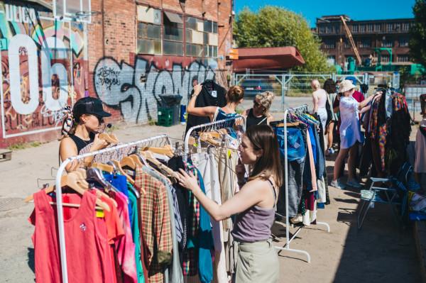 Vintage market to okazja na kupienie wyjątkowych przemiotów, których próżno szukać w popularnych sieciówkach.