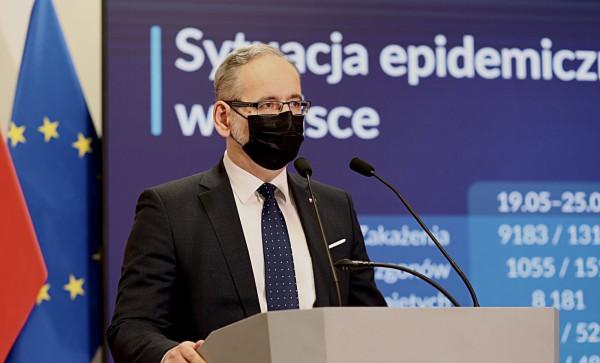 - Sytuacja epidemiczna w Polsce ustabilizowała się. Odnotowujemy dalsze spadki dziennej liczby zakażeń i zajętości łóżek, mimo rosnącej mobilności Polaków. Dlatego przechodzimy do dalszego luzowania obostrzeń - mówił minister zdrowia Adam Niedzielski.